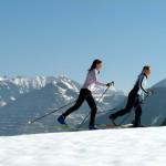 Zwei Damein die langlaufen